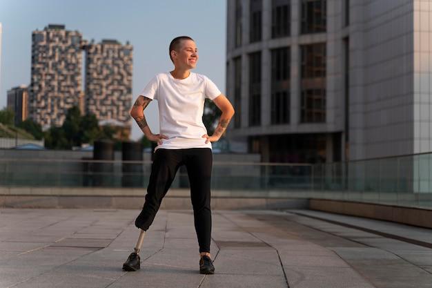 Osoba niepełnosprawna z amputowaną nogą