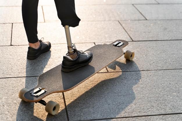 Osoba niepełnosprawna z deskorolką na zewnątrz