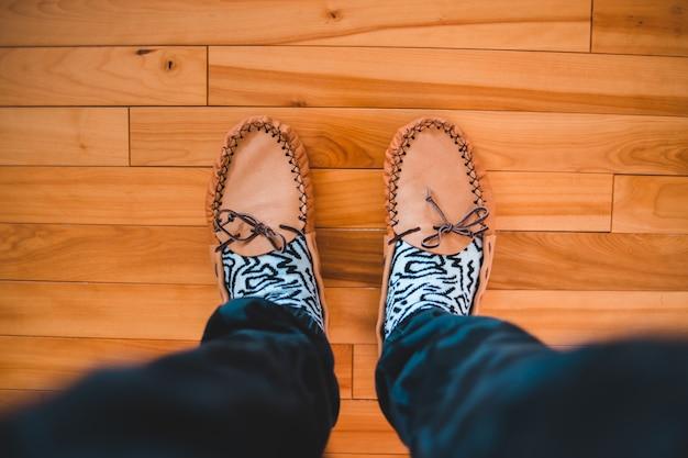 Osoba nosi brązowe buty do łodzi