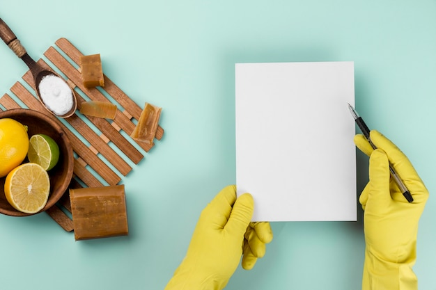 Osoba nosząca rękawice ochronne i wykonująca prace domowe