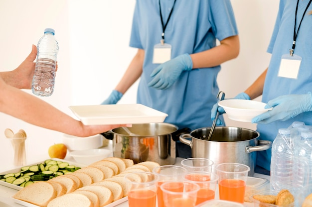 Osoba otrzymująca darowane jedzenie na dzień jedzenia
