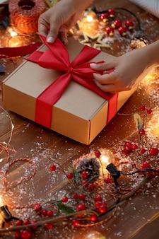 Osoba pakująca prezent gwiazdkowy