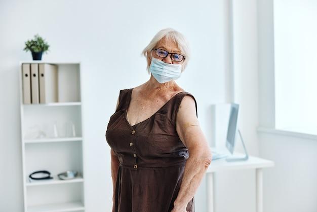Osoba plastyczna na ramieniu paszport nosicielstwa bezpieczeństwa szczepień