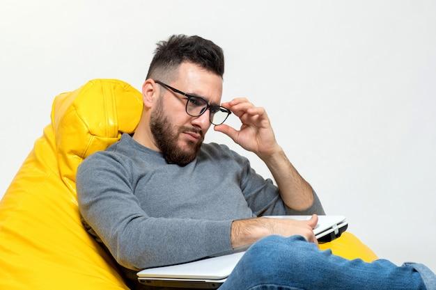 Osoba poprawia okulary, które włożył