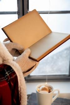 Osoba posiadająca otwartą pustą książkę