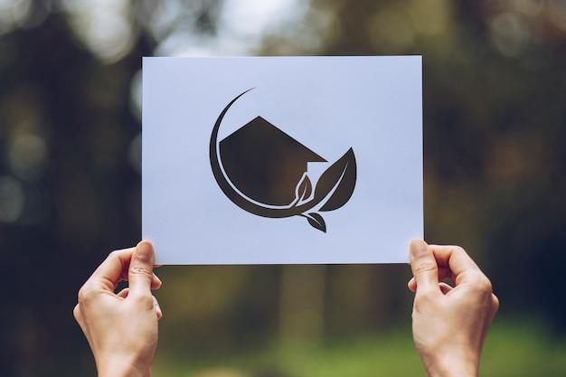 Osoba posiadająca papier z logo wyłącznik