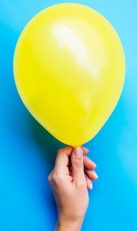Osoba posiadająca żółty balon