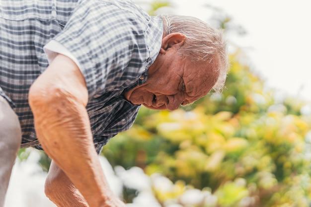 Osoba pracująca bez wytchnienia, wysiłek rolnika przy uprawie.