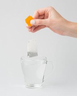Osoba przygotowująca herbatę w gorącej wodzie