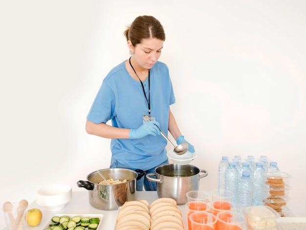 Osoba przygotowująca jedzenie do darowizny