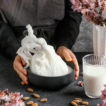 Osoba przyrządzająca mleko migdałowe