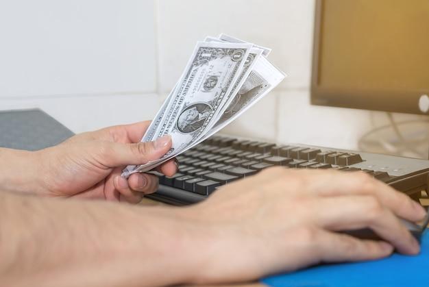 Osoba ręka przyjmuje łapówkę pieniężną z projektu budowlanego, koncepcja korupcji