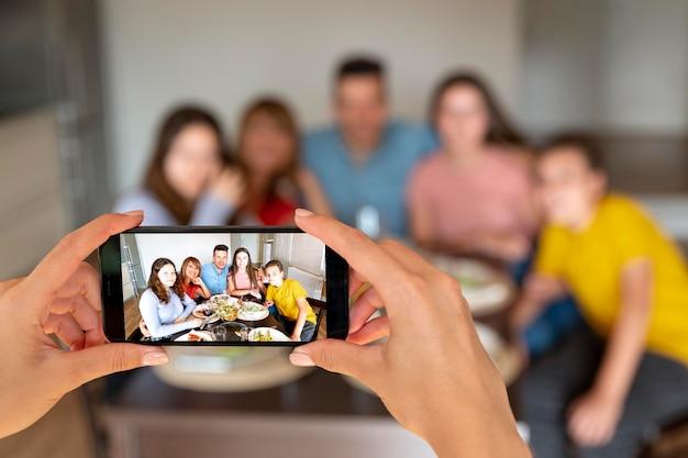 Osoba robiąca zdjęcie rodziny w czasie obiadu