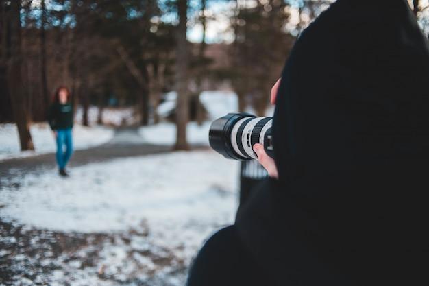 Osoba robienia zdjęcia kobiety