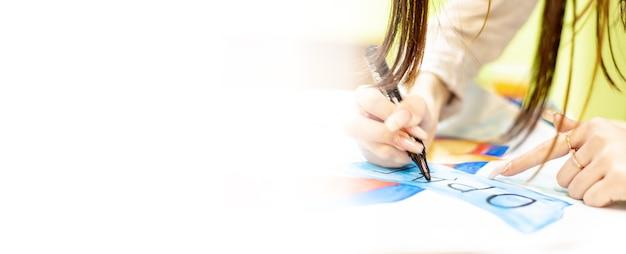 Osoba rysuje pędzlem i maluje na dużym płótnie w pracowni artystycznej. twórczy, współczesny artysta plastyki, arcydzieło rysunku, szkolenie z rysunku, szkoła plastyczna, kursy rysowania na odległość, baner