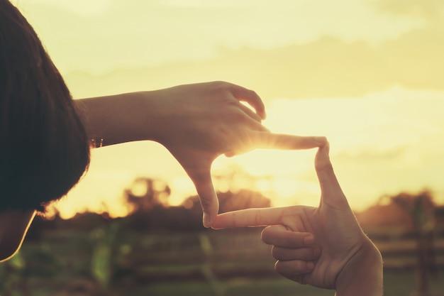 Osoba sprawia, że kadrowanie ręczne w naturze