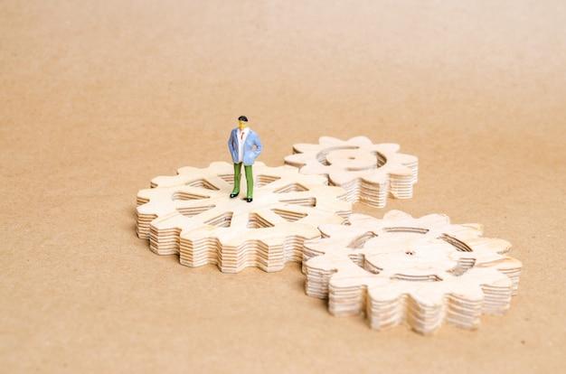 Osoba stoi na drewnianym biegu. pojęcie technologii i przemysłu