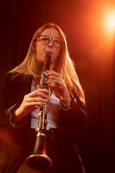 Osoba świętująca dzień jazzu