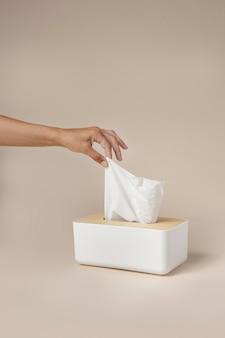 Osoba trzymająca białą chusteczkę do nosa