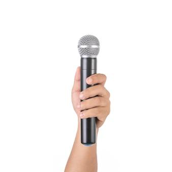 Osoba trzymająca mikrofon bezprzewodowy