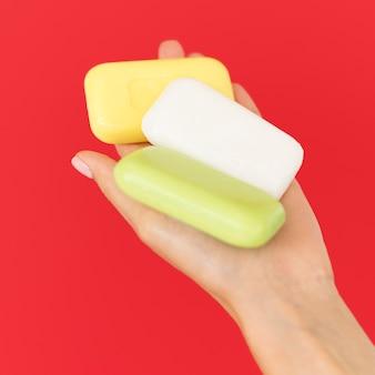 Osoba trzymająca mydła