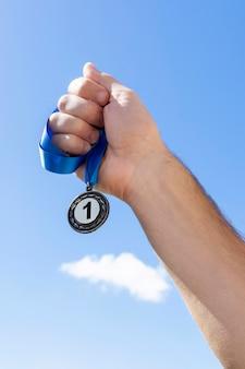 Osoba trzymająca swój medal numer jeden na igrzyskach olimpijskich