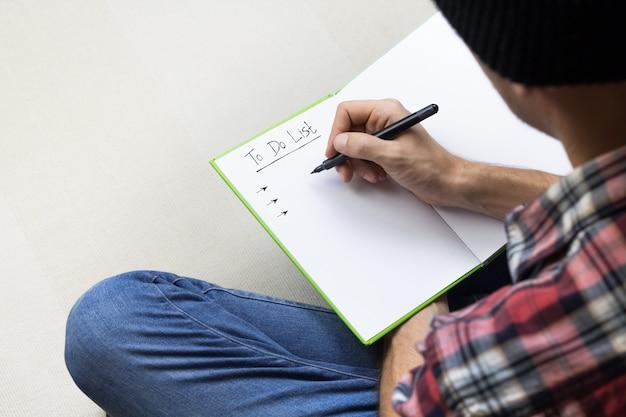 Osoba tworząca listę rzeczy do zrobienia