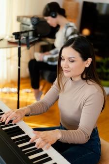 Osoba tworząca muzykę w domu
