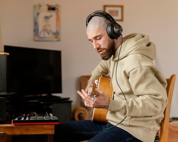 Osoba tworząca muzykę w pomieszczeniu