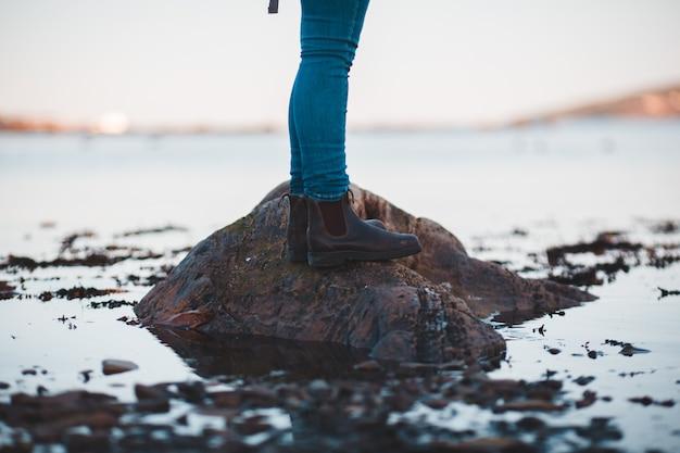 Osoba ubrana w brązowe skórzane buty