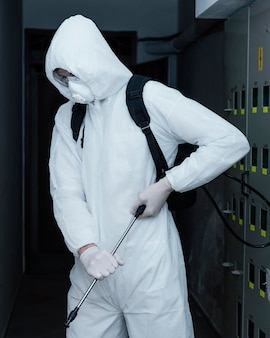 Osoba ubrana w kombinezon chroniący przed zagrożeniem biologicznym