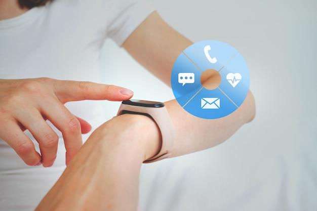 Osoba używa próbki z telefonem, wiadomością, ikonami bicia serca.