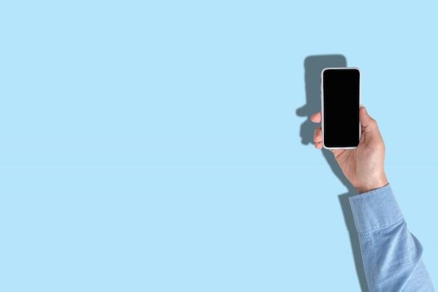 Osoba używa smartfona z widokiem z góry i miejsca do kopiowania
