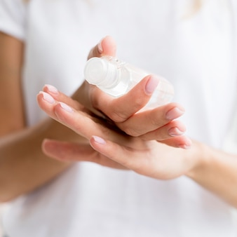 Osoba używająca dezynfekcji rąk