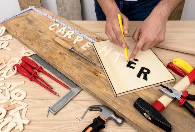 Osoba używająca narzędzi do tworzenia słowa stolarskiego