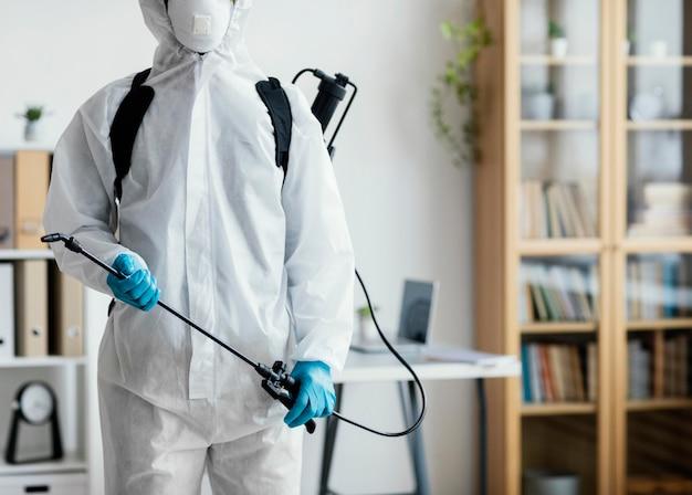 Osoba w dezynfekcji wyposażenia ochronnego