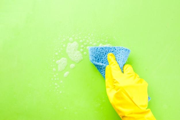 Osoba w gumowej rękawicy usuwa i myje