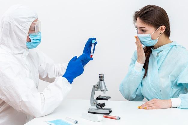 Osoba w kombinezonie hazmat z pacjentem