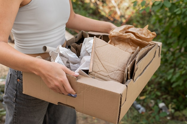 Osoba wykonująca selektywny recykling śmieci