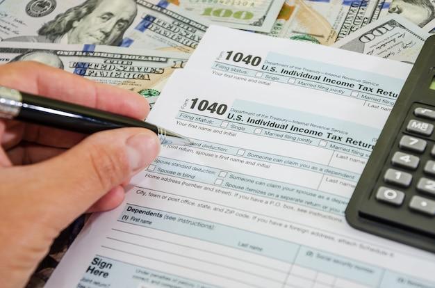 Osoba wypełnia 1040 formularzy podatkowych