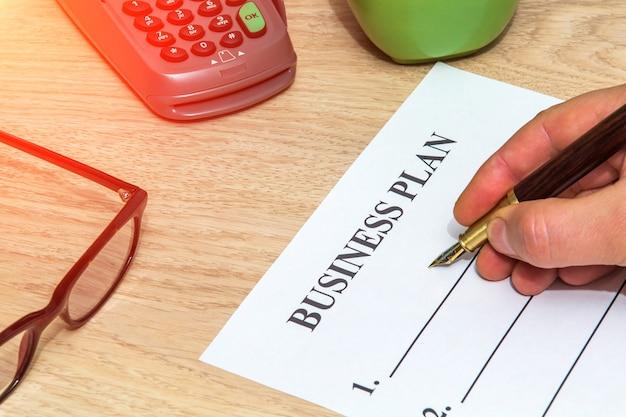 Osoba wypełnia formularz biznesplanu