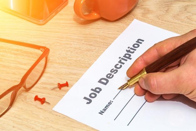 Osoba wypełnia formularz opisu stanowiska
