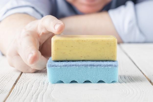 Osoba z mydłem antybakteryjnym i zmywaczem. koncepcja mycia rąk.