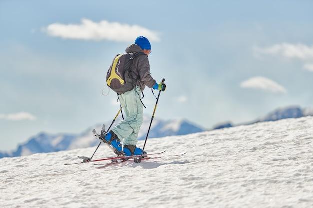 Osoba z nartami alpinistycznymi