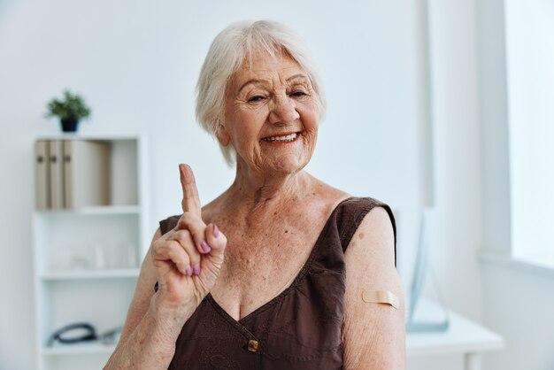 Osoba z plastrem na ramieniu paszport szczepionkowy ochrona immunologiczna