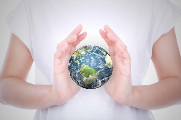 Osoba ze światem w dłoniach
