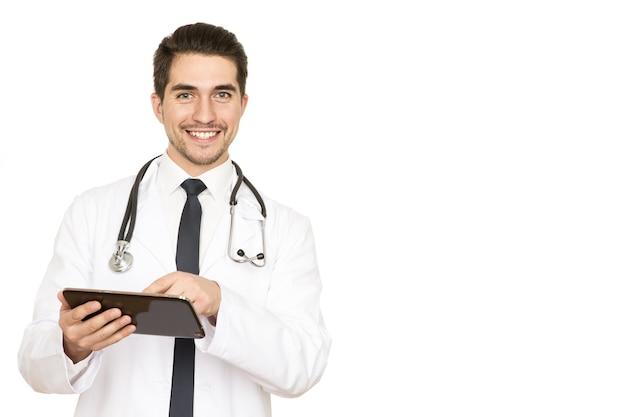 Osobiste recepty. studio strzałów z przystojnym lekarzem płci męskiej zapisywanie recept do swojego schowka, uśmiechając się ciepło