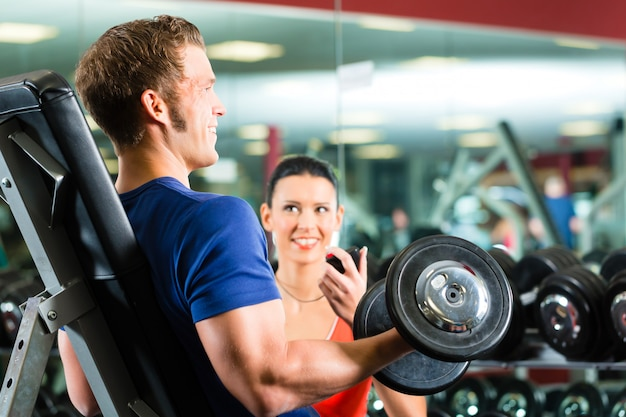 Osobisty trener na siłowni i hantlach