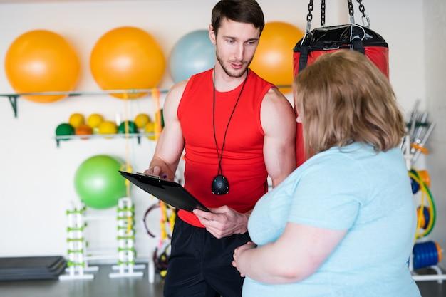Osobisty trener rozmawia z klientem