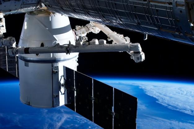 Osobny moduł kosmiczny, na ziemi. elementy tego obrazu zostały dostarczone przez nasa w dowolnym celu
